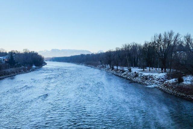 An einem kalten Wintermorgen auf der Salzachbrücke zwischen Deutschland und Österreich. Immer wieder ein beeindruckender Ausblick auf den Fluss und die Berge.   #laufenoberbayern #bavaria #river #riverview #mountains #mountainlove #wintertime #winter